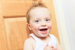 2男婴咧嘴笑的愉快的孩子老微笑的年 孩子微笑着 免版税库存照片