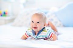 男婴在河床上 免版税库存照片