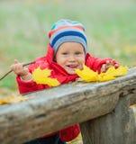 男婴在秋天公园 免版税库存图片