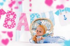 男婴在蓝色和桃红色元素的阵雨装饰 免版税库存照片