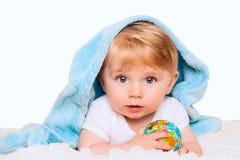 男婴在他的手上拿着小地球 隔绝在白色bac 库存图片