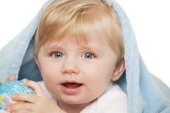 男婴在他的手上拿着小地球 免版税库存图片