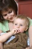 男婴她的暂挂母亲 免版税库存图片