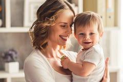 男婴妈妈 免版税库存照片
