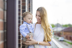 男婴愉快的母亲年轻人 图库摄影