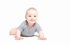 男婴爬行的开始 免版税库存照片
