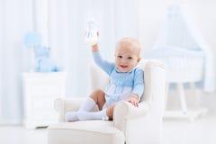 男婴用瓶饮用奶或惯例 免版税库存照片