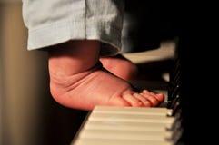 男婴的脚钢琴的 库存图片