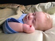 男婴睡觉 免版税库存图片