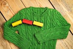 男婴绿色毛线衣 免版税库存照片