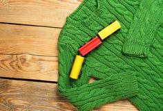 男婴绿色毛线衣 图库摄影