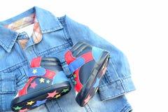 男婴衬衣和鞋子 免版税库存照片