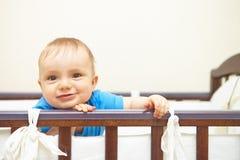 男婴画象在床上。 免版税库存图片