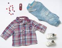 男婴顶视图时尚时髦神色穿衣与玩具和sw 免版税图库摄影