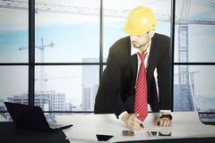 画一个大厦的意大利建筑师在办公室 免版税图库摄影