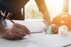 画一个方案设计大厦或房子的工程师的图象, 免版税图库摄影