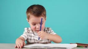 画一张图片的男孩为父亲节 爱的儿子做他的父亲的一件礼物 股票视频