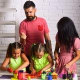 画与母亲和父亲的女孩 童年愉快做父母 想象力,创造性概念 手指画法 免版税图库摄影