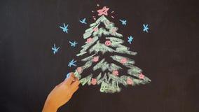 画与白垩的一棵圣诞树在板岩 新年贺卡海报横幅模板 股票视频