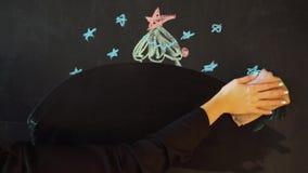 画与白垩的一棵圣诞树在板岩 新年贺卡海报横幅模板 影视素材