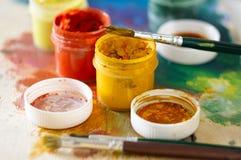 画和几个开放瓶子的刷子树胶水彩画颜料 免版税图库摄影
