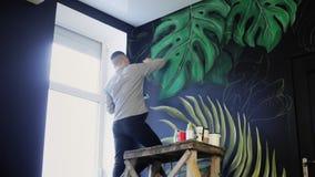 画在墙壁上 有刷子的街道画艺术家 股票视频