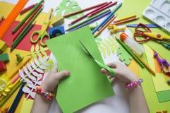 画女孩 儿童` s创造性 孩子的喜爱的爱好 材料和工具 孩子在地板和dra上说谎 库存照片