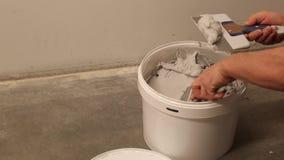 画家油灰补白在油灰刀帮助下为工作做准备 画家工作 维修服务 股票录像