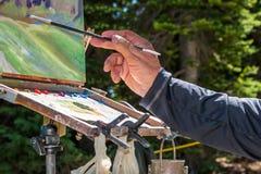画家现有量画笔和画架 库存照片