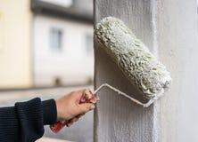 画家绘专栏白色,户外,房子改善细节视图  库存照片