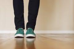 画布绿色运动鞋 免版税图库摄影