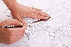 画建筑项目特写镜头的建筑师 免版税图库摄影