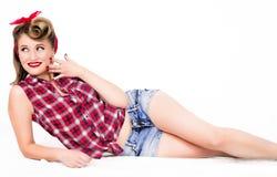 画报女孩在与美好的修指甲的地板上说谎 免版税图库摄影