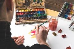 画抽象绘画的艺术家在工作场所 免版税库存图片