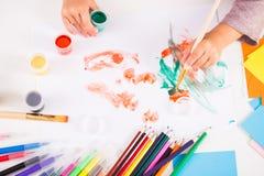 画笔女孩小的油漆 免版税图库摄影