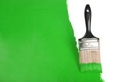 画笔绿色油漆绘画墙壁 免版税图库摄影