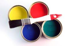 画笔装小的油漆于罐中 免版税库存图片