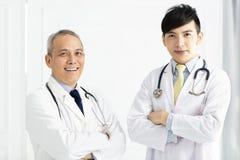 画象两位微笑的医生站立 免版税图库摄影