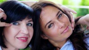 画象两宜人微笑,美丽的真正的40岁妇女 愉快的中部年迈的朋友见面 股票录像