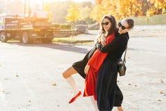 画象两美丽的愉快的女朋友在公园 免版税图库摄影