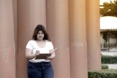 画象亚洲俏丽的兴高采烈的面孔肥胖妇女姿势和认为 库存图片