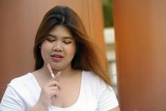 画象亚洲俏丽的兴高采烈的面孔肥胖妇女姿势和认为 库存照片