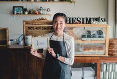 画象亚洲妇女企业主有面包店商店背景 图库摄影