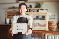 画象亚洲妇女企业主有面包店商店背景 库存照片