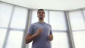 画象人30,在一台连续模拟器,健身房,缓慢的mo 影视素材