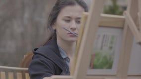 画象俏丽的成功的艺术家在帆布绘在后院 美丽的热心女孩订婚  影视素材