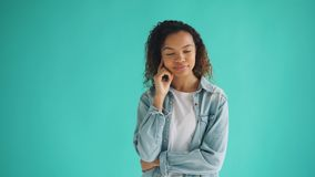 画象俏丽的非裔美国人的妇女想法的作梦在蓝色背景 股票视频