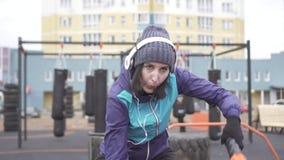 画象参与与绳索在街道操场,缓慢的mo的crossfit女子运动员 股票录像