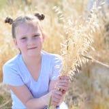 画象可爱的女孩,在黄色秋天领域的年龄9-10 免版税库存照片