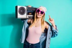 画象她她佩带凉快的eyewear的好可爱的可爱的逗人喜爱的快乐的爽快正面女孩运载立体声mp3 免版税库存图片
